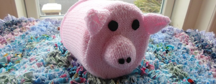 Train Knitting – Pig toilet roll cover